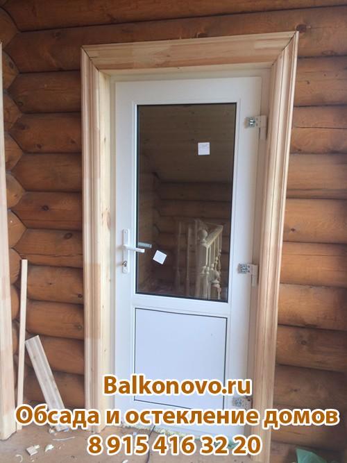 Пластиковые входные двери в деревянном доме