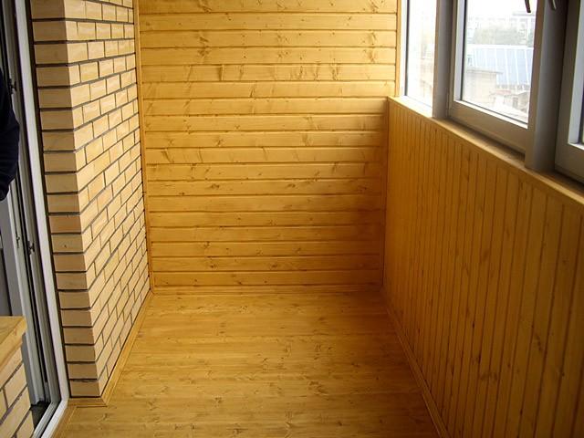 Отделка балкона фасадными панелями и вагонкой